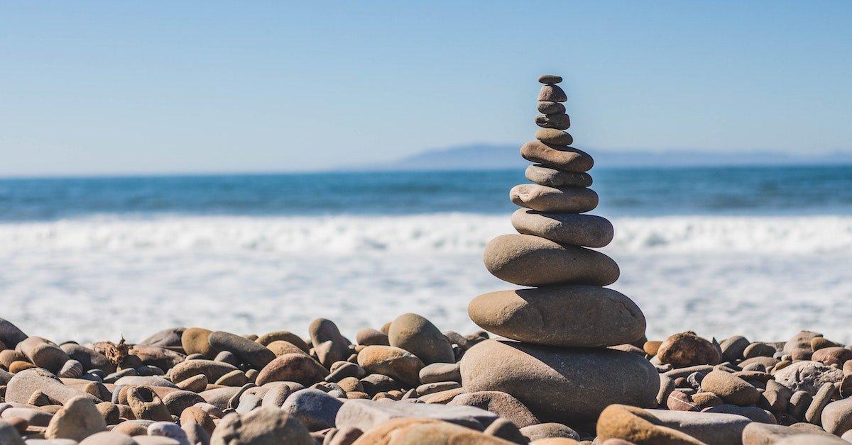 piramide di sassi in equilibrio
