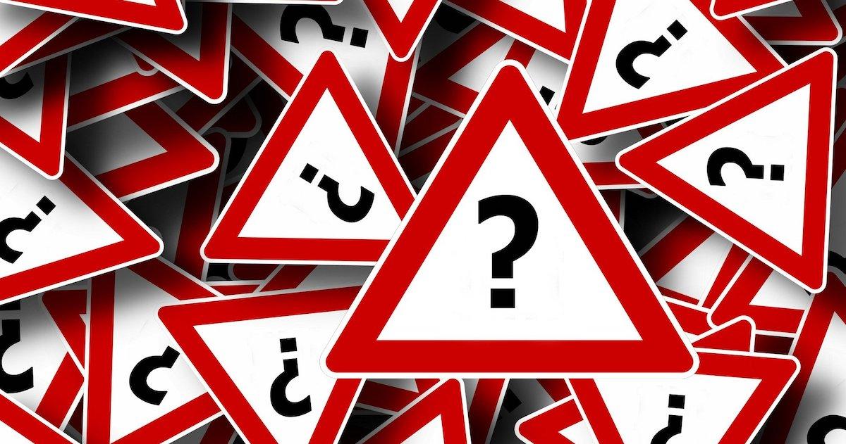 segnali stradali con punti di domanda