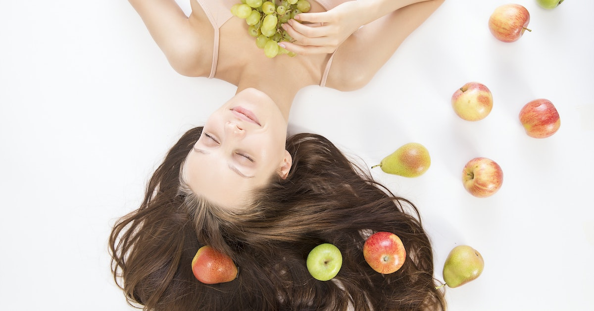 donna con frutti tra i capelli
