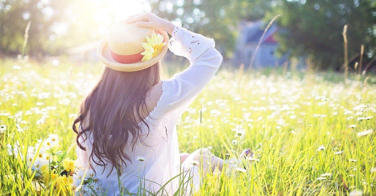 donna con capelli lunghi su prato al sole