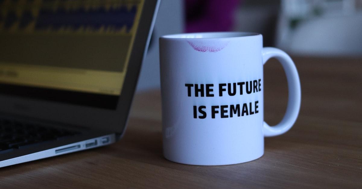 tazza con scritta the future i female