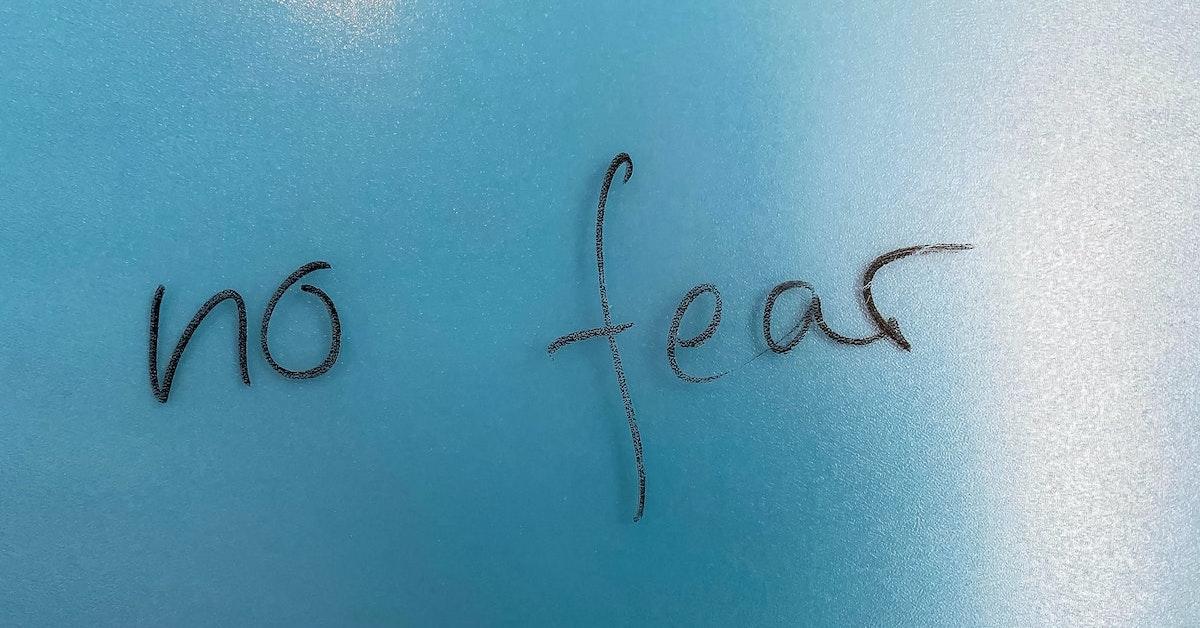 scritta no fear su sfondo azzurro