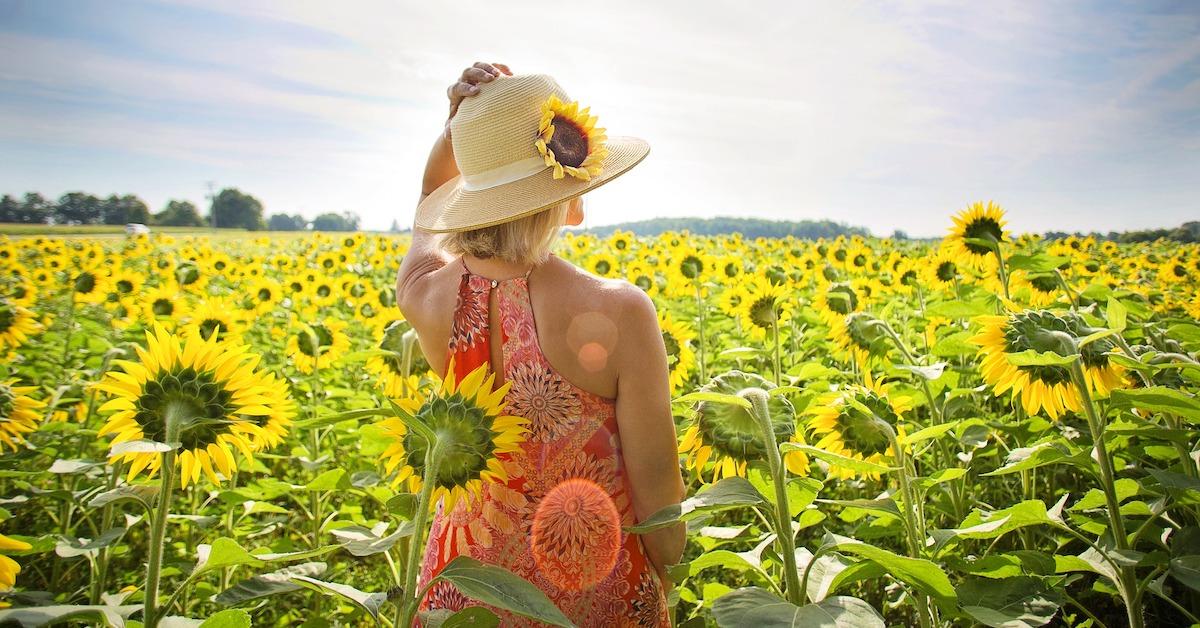 donna al sole tra girasoli