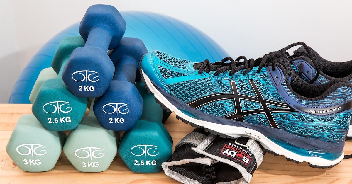 pesi e scarpa da ginnastica